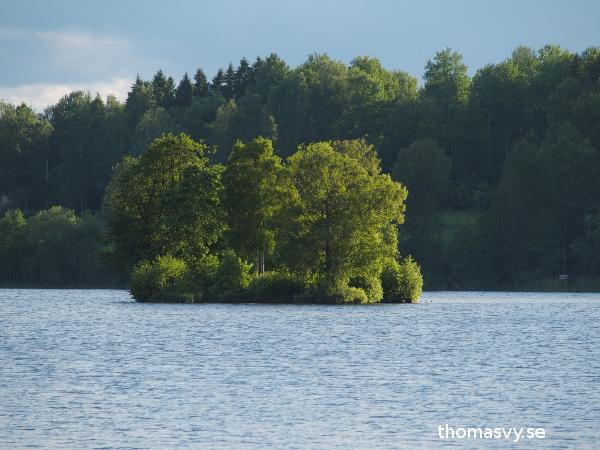 Trallingen, mitt ute i Lindesjön i eftermiddagssol